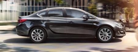 Седаны Peugeot 408 и Opel Astra Sedan.